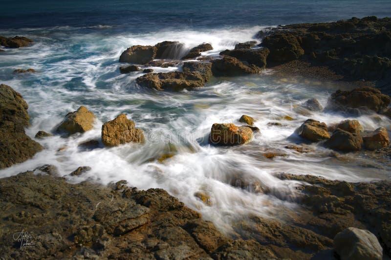 La côte australienne navigue dans les eaux océaniques de Blackhead Beach image libre de droits
