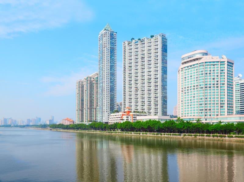 La côte avec de hautes constructions s'approchent du fleuve de perle photos stock