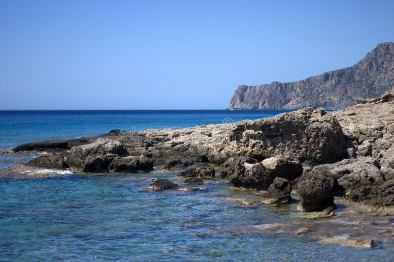 La côte déchiquetée et rocheuse de mamie canaria, vers les Îles Canaries, au milieu de l'Océan Atlantique image stock