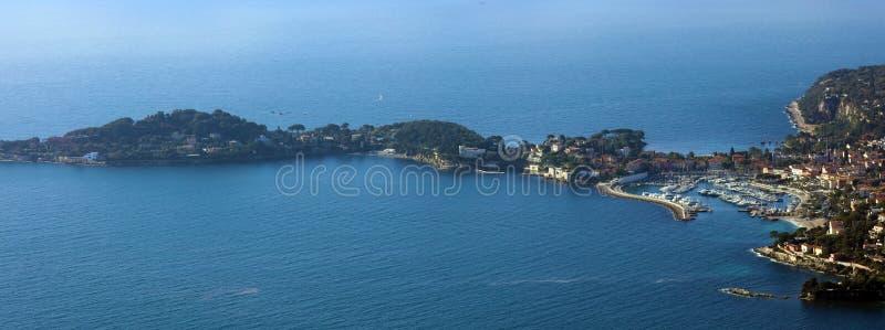 La Côte d'Azur, ` Azur, côte méditerranéenne de CÃ'te d, Eze, Saint Tropez, Cannes et le Monaco agréables L'eau bleue et yachts d photos libres de droits