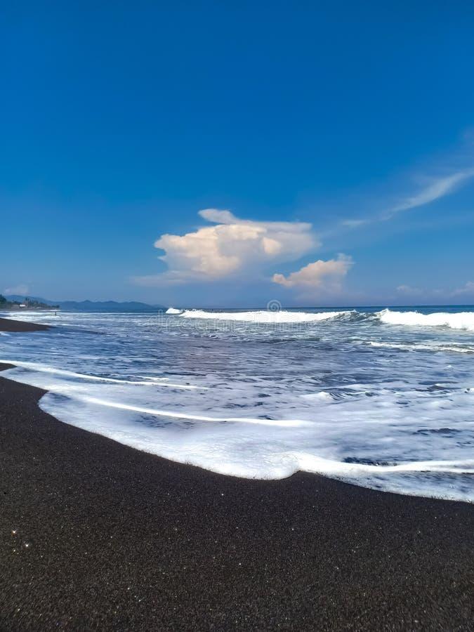la côte de l'Océan Indien du sable volcanique noir Plage d'Amed, île de Bali, Indonésie photographie stock libre de droits