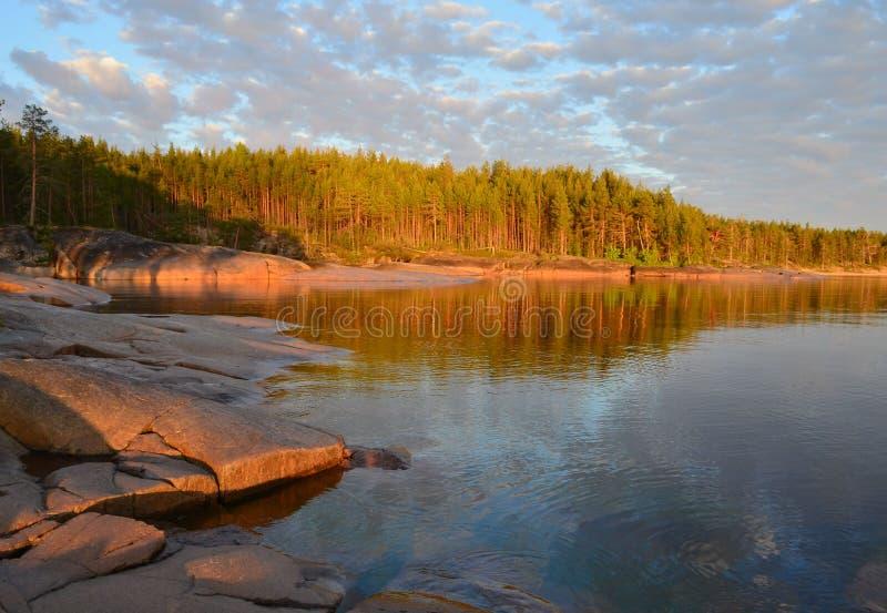 La côte du lac onega au coucher du soleil Carélie photographie stock libre de droits