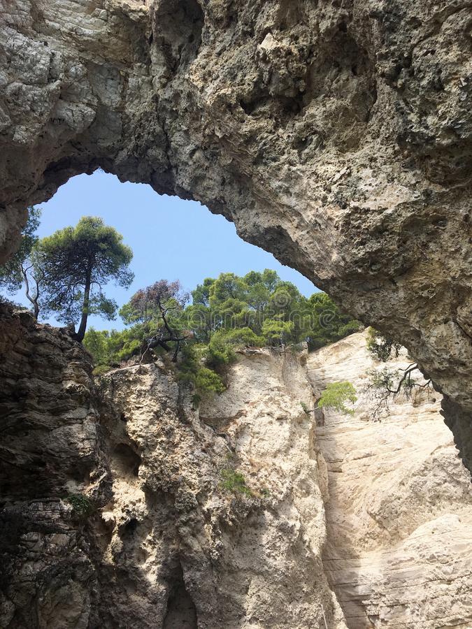 La côte rocheuse près de Peschici sur le Gargano l'Italie photographie stock