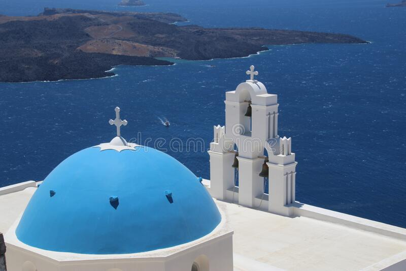 La Cúpula Azul de Santorini de tres campanas foto de archivo libre de regalías