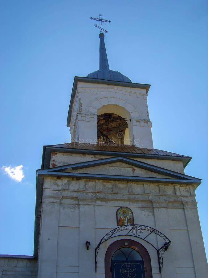 La cúpula con el campanario de la iglesia de la aldea de San Nicolás Lyubotin cerca de Kharkov Ucrania fotografía de archivo