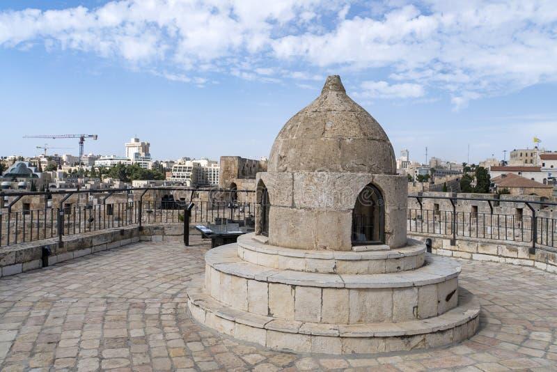 La cúpula en medio del techo de la Iglesia del Santo Sepulcro admite luz a la cripta y cúpula de Santa Elena imagen de archivo