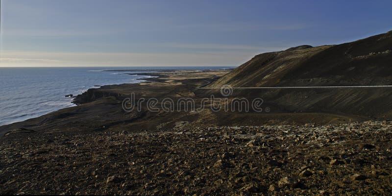 La c?te atlantique avec le sable noir et les roches ?normes de lave photo stock