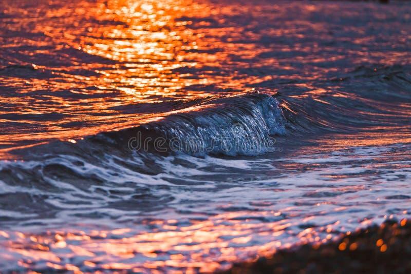 La côte de la Mer Noire colorée par des rayons du coucher de soleil images libres de droits