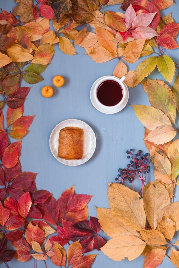 La caída amarilla deja el fondo del otoño del té del desayuno foto de archivo libre de regalías