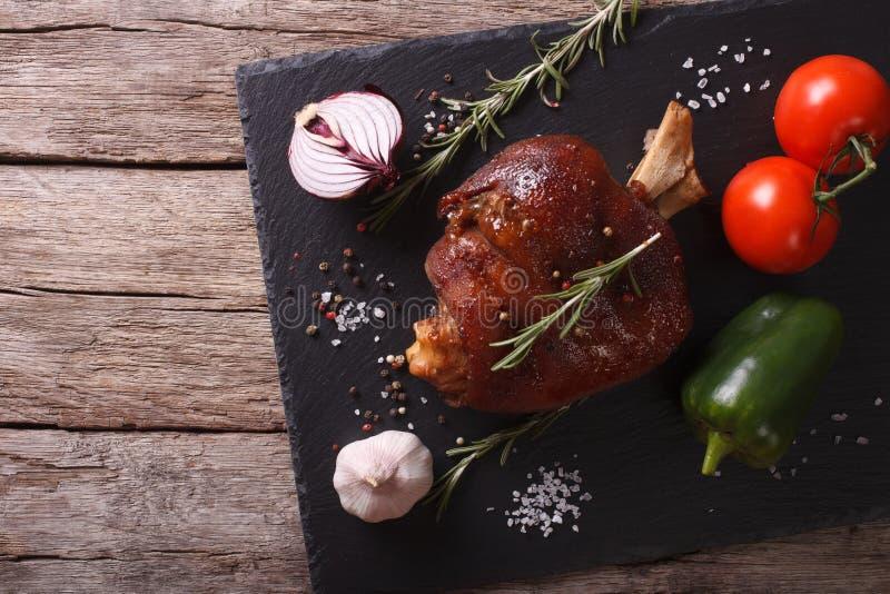 La caña y las verduras cocidas del cerdo en una pizarra suben top horizontal foto de archivo
