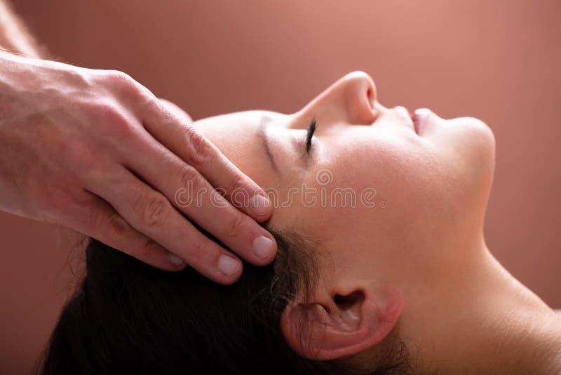 La cabeza de Massaging Woman del terapeuta fotografía de archivo