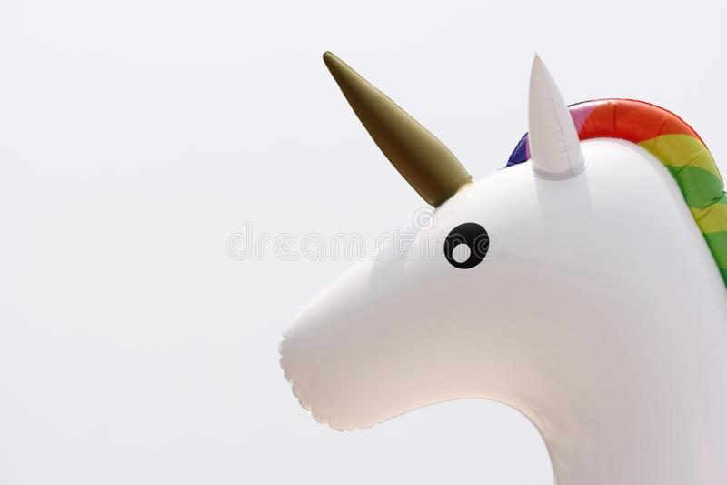 La cabeza del unicornio del primer de las alas de agua Concepto de vacaciones de verano y de la playa fotos de archivo