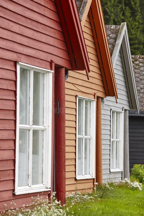 La cabina colorata di legno norvegese tradizionale alloggia le facciate Trave fotografia stock libera da diritti