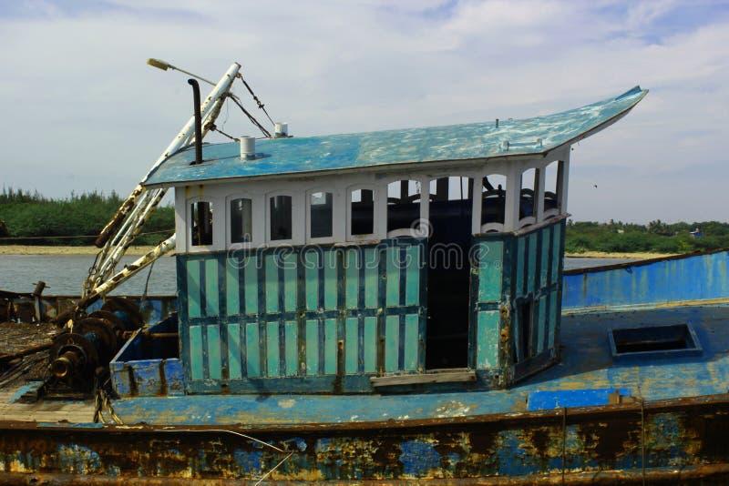 La cabina del barco dilapidado del pescador en un pequeño puerto indio fotos de archivo libres de regalías