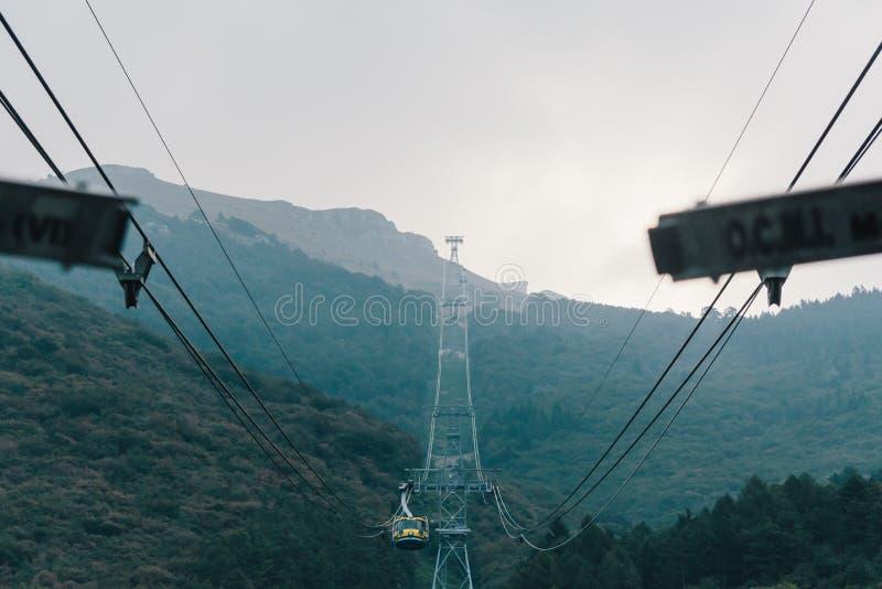 La cabina di funivia che va da Malcesine a Monte Baldo fotografie stock