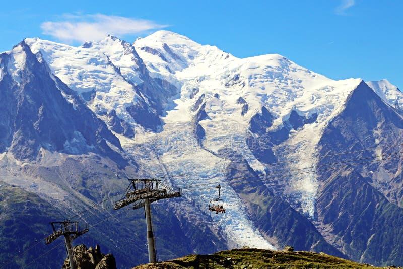 La cabina di funivia e la seggiovia di Flegere della sommità di Mont Blanc all'indice alzano fotografie stock