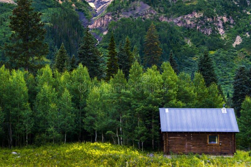 La cabina por el bosque fotografía de archivo