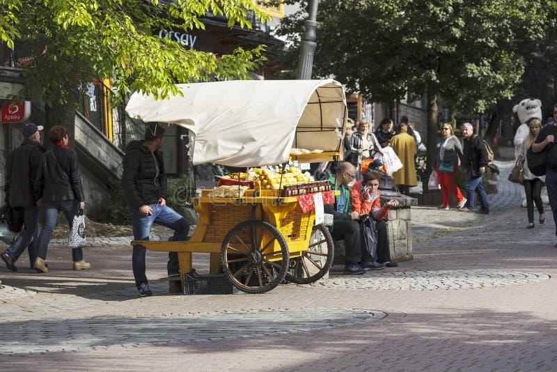 La cabine qui offre le fromage d'Oscypek photographie stock libre de droits