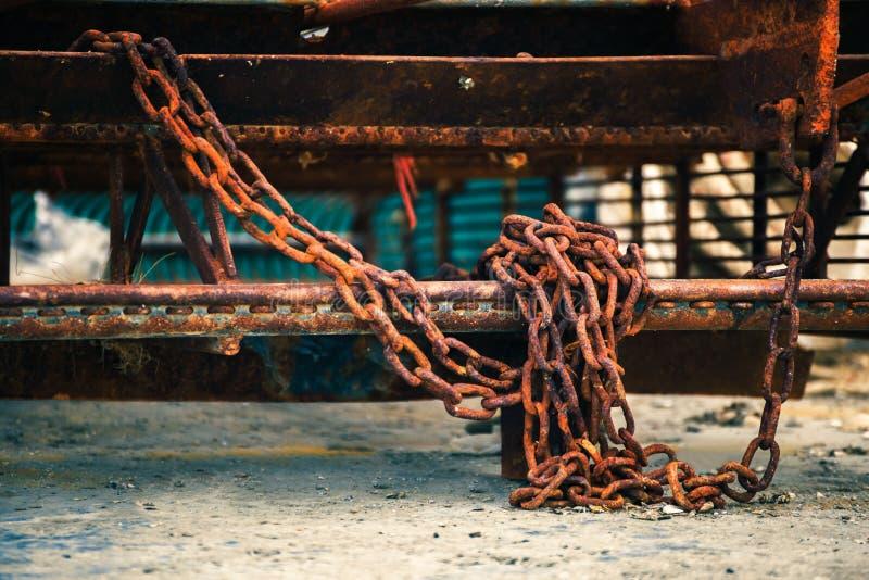 La cadena está en la tierra imágenes de archivo libres de regalías