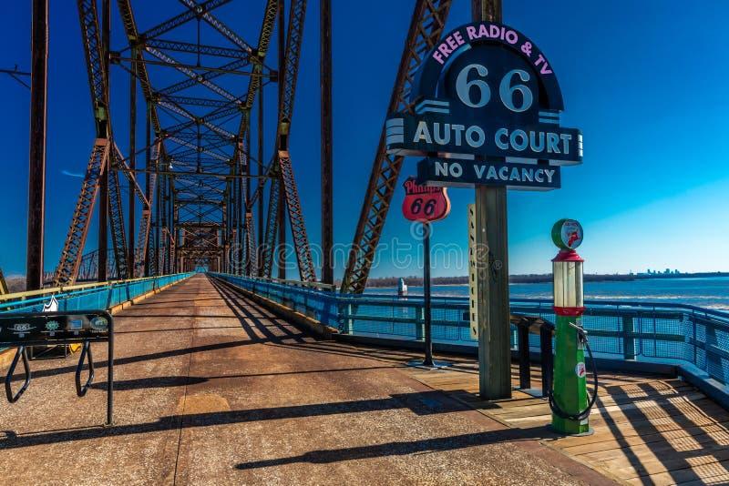 La cadena vieja clásica de rocas tiende un puente sobre cruces el río Missouri en St. Louis y las señales de neón clásicas de las imagen de archivo libre de regalías