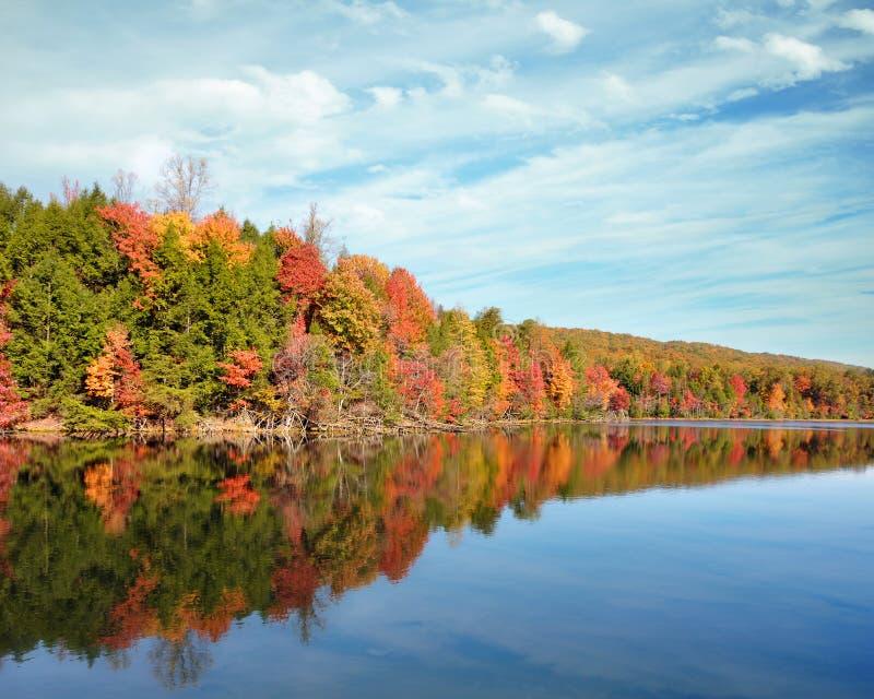 La caduta luminosa colora la riflessione nel lago mountain delle baie in Kingsport, Tennessee fotografia stock
