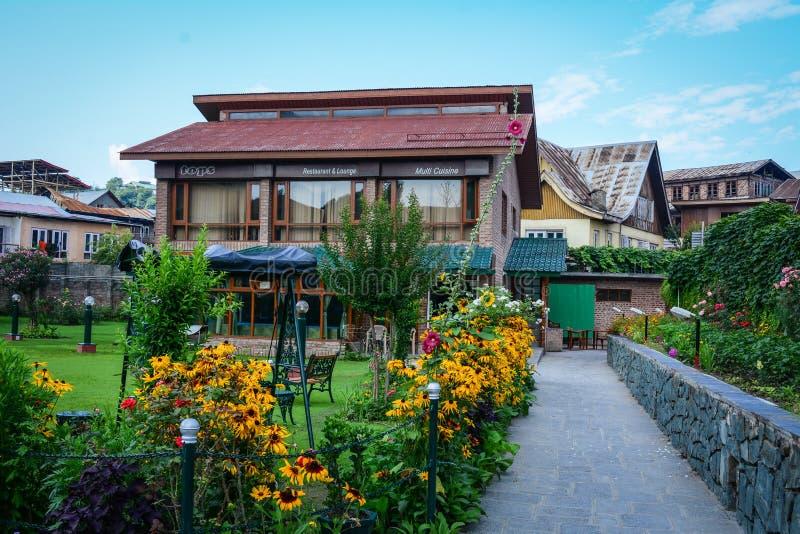 La cafetería con el jardín de flores en Srinagar, la India imagen de archivo