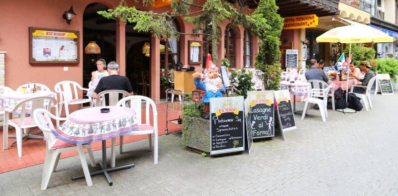 La cafetería en una ciudad, las montañas, Suiza fotos de archivo libres de regalías