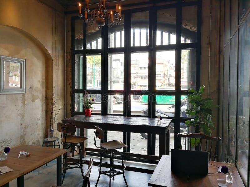 La caffetteria piacevole e accogliente è perfetta per freddo fuori o l'esterno di lavoro fotografia stock libera da diritti