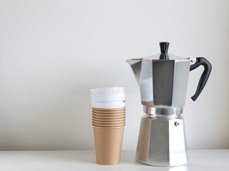 La caffettiera ed elimina le tazze fotografie stock libere da diritti