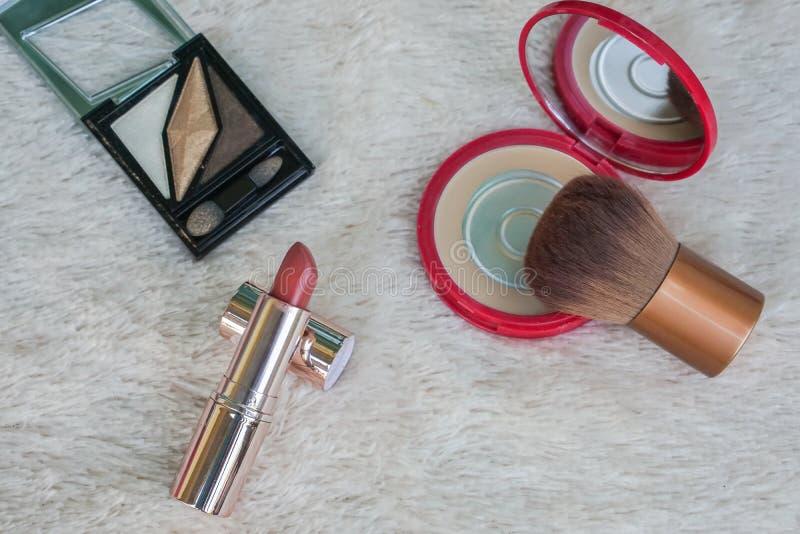 La caisse faciale de poudre de femmes et composent la brosse avec le pallete de sourcil et le rouge à lèvres de matte de pêche image stock