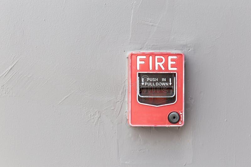 La caja alarma de incendio está instalada en la pared exterior del cemento del resid fotos de archivo libres de regalías