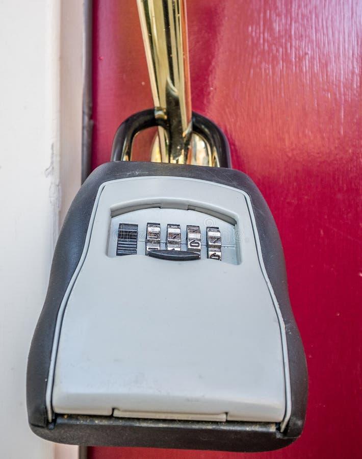 La caja de la cerradura en la puerta de entrada imagen de archivo