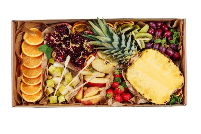 La caja de la fruta del cartón mezcló la comida fresca para la entrega foto de archivo libre de regalías