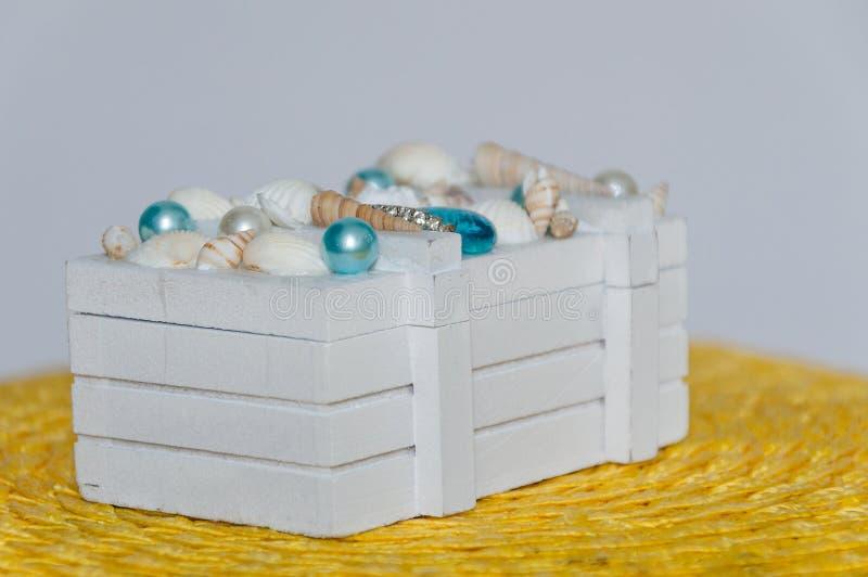 La caja de madera blanca en un fondo blanco fotos de archivo