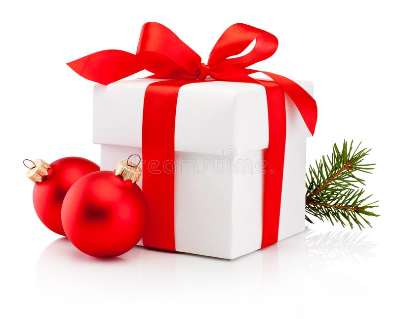 La caja de regalo blanca ató el aislador rojo del arco de la cinta y de la chuchería de la Navidad dos imagen de archivo