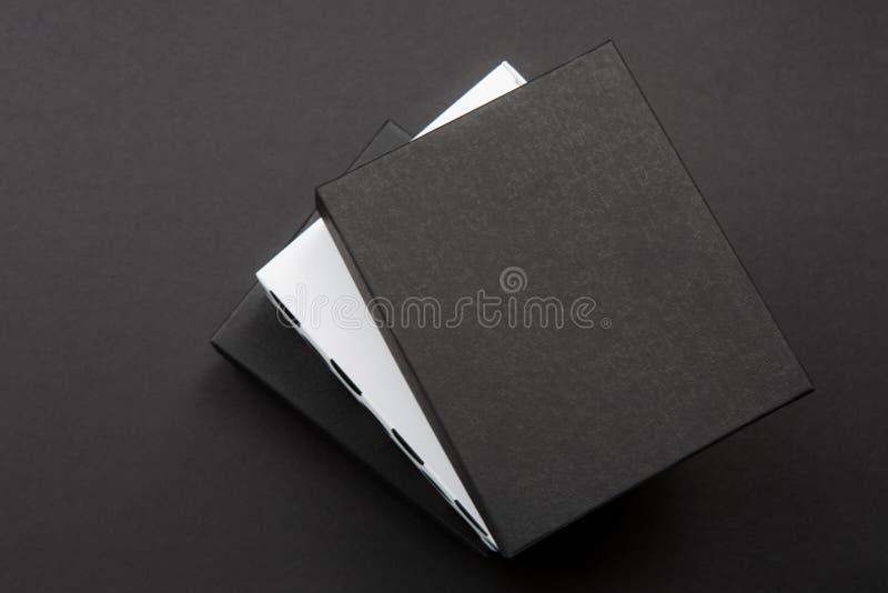 La caja de regalo blanco y negro del lunar en una oscuridad puso en contraste el fondo, creando una atmósfera romántica Utilizado fotos de archivo