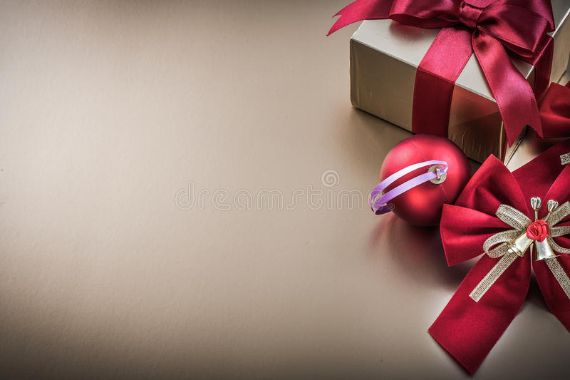 Download La Caja De Regalo De La Bola De La Navidad Con La Cinta Atada Arquea Foto de archivo - Imagen de alarma, círculo: 64209630