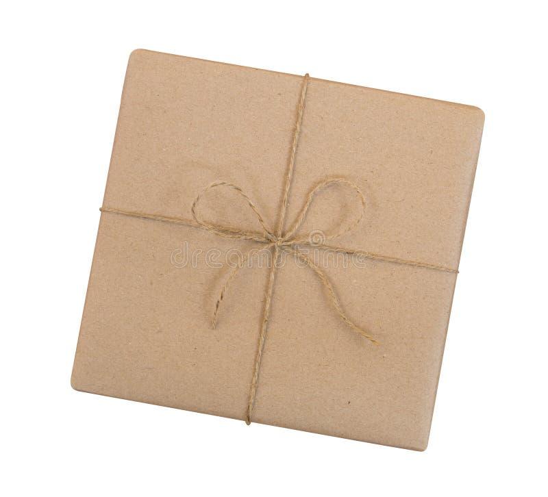 La caja de regalo envuelta en marrón recicló el papel y ató el top de la cuerda del saco imagenes de archivo