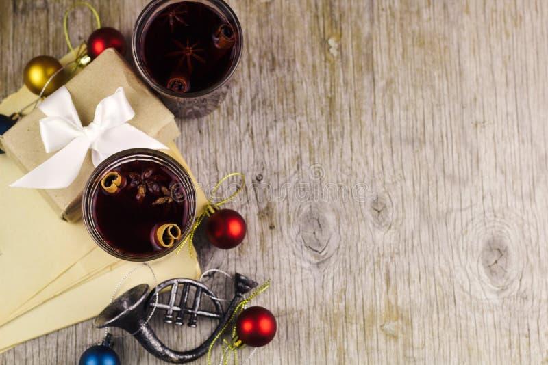 la caja festiva con la Navidad decorativa del día de fiesta de la cinta de satén juega foto de archivo