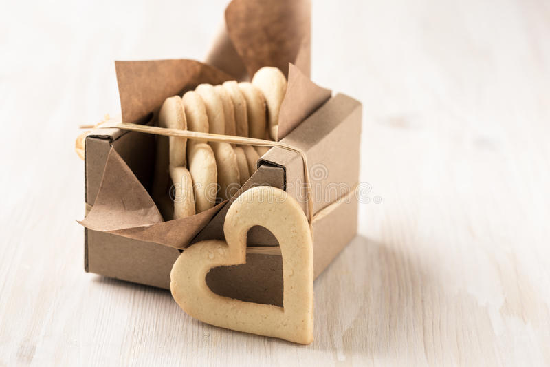 La caja llenó de las galletas del corazón para el día de tarjetas del día de San Valentín foto de archivo libre de regalías