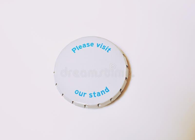 La caja redonda del metal con la inscripción visita por favor nuestro soporte foto de archivo libre de regalías