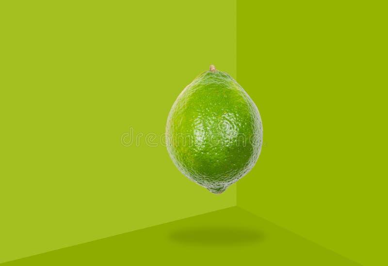 La cal eleva y mantiene flotando en aire en fondo verde Concepto de levitaci?n de la fruta ilustración del vector