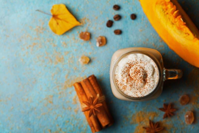 La calabaza condimentó el latte o el café en taza adornó el canela en la opinión de sobremesa del vintage de la turquesa Bebida c imágenes de archivo libres de regalías