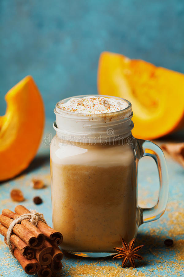La calabaza condimentó el latte o el café en taza en fondo del vintage de la turquesa Bebida caliente del otoño, de la caída o de fotos de archivo libres de regalías