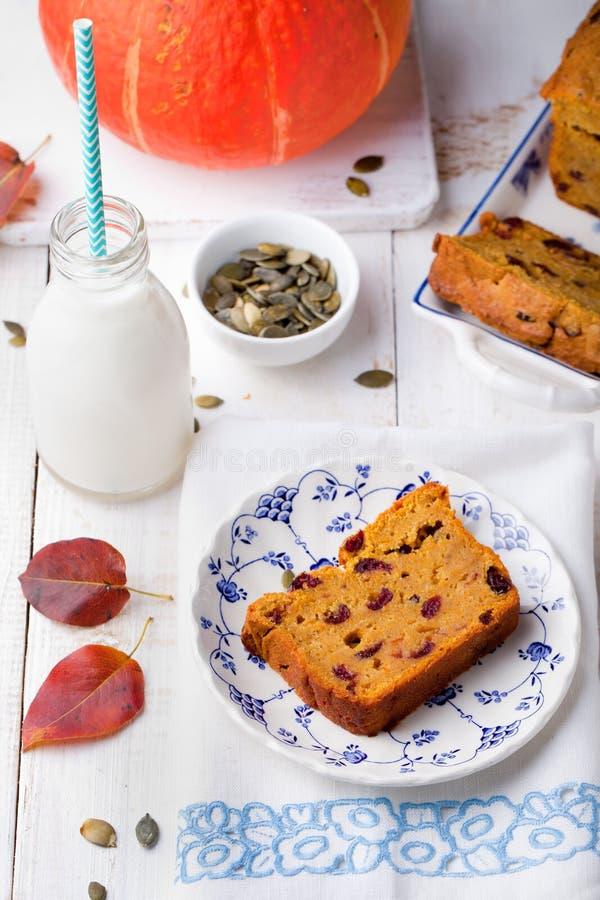 La calabaza parece pan, pan, torta con los arándanos imagen de archivo