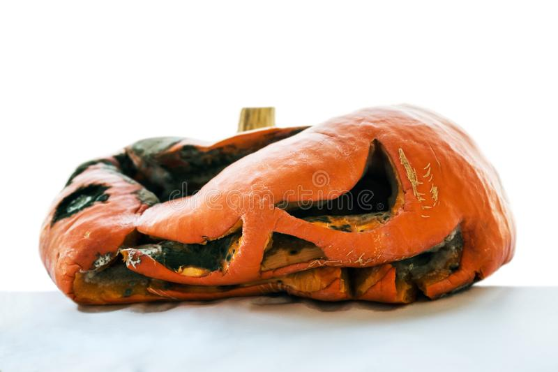 La calabaza putrefacta después de Halloween aisló en blanco imagenes de archivo