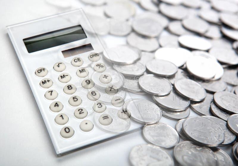 La calculadora blanca con las monedas de la rublo rusa se cierra para arriba imagenes de archivo