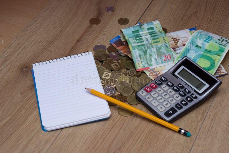 La calculatrice, le carnet et le crayon pour calculent image libre de droits