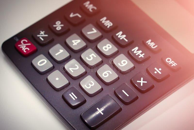 La calculatrice pour faire le bureau a rapporté le travail d'isolement sur le fond blanc Vieille calculatrice images stock