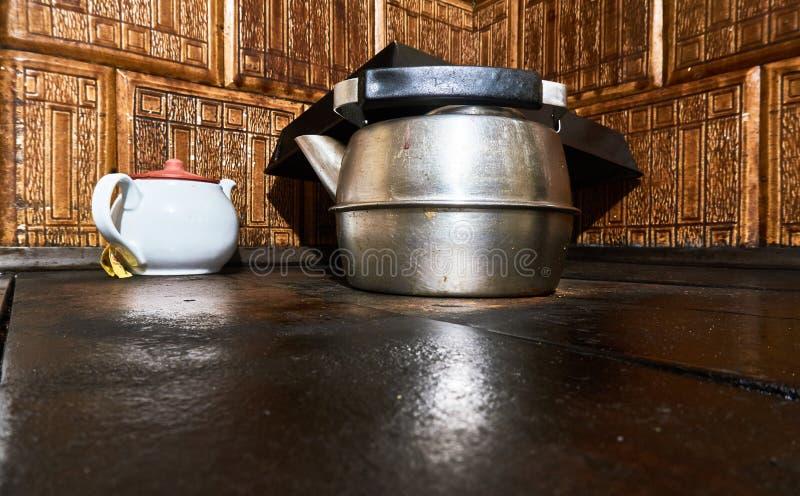 La caldera de aluminio vieja en la estufa POTE DEL TÉ imagenes de archivo